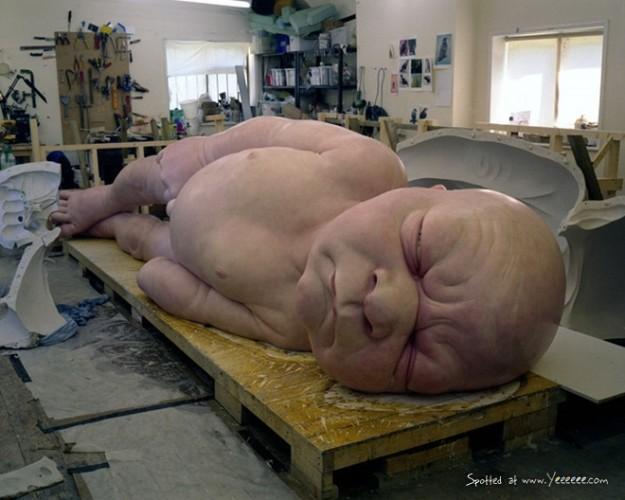 Ron Mueck hiperrealista szobrász alkotás közben