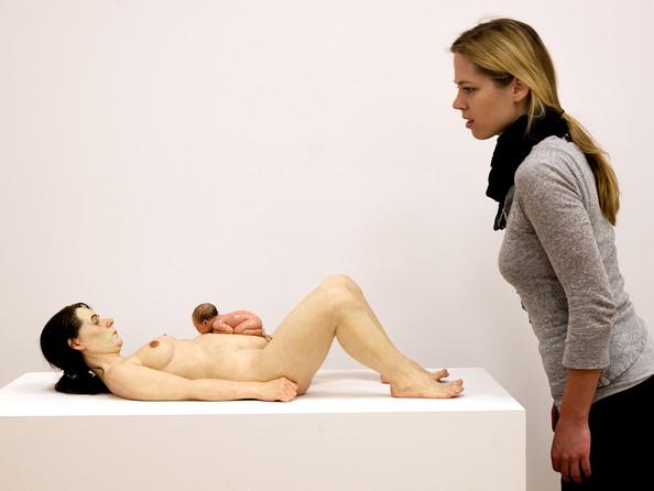 Ron Mueck hiperrealista szobrász alkotása