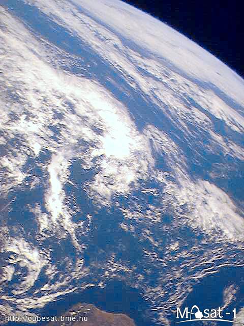 A kép alsó részén Madagaszkár és a felhőkkel borított Indiai-óceán látható.