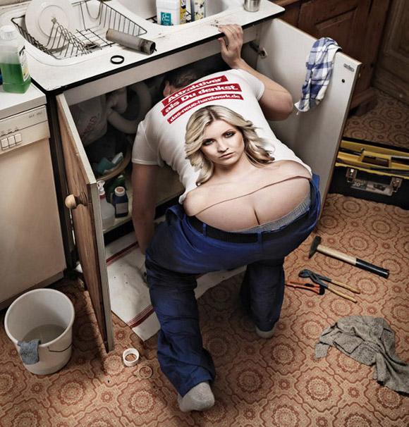 Bámulatos póló amely a lehajolva dolgozó vízvezeték-szerelő seggének vágatát vonzó női dekoltázzsá alakítja.